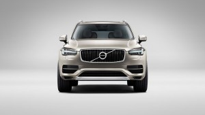 Featuring a T5 engine and AWD, the all-new Volvo XC90 in Luminous Sand Metallic is characterized by exclusive details like 19? wheel?s with 10-spoke rims in Turbine Silver Bright as well as a panoramic glass roof and LED headlights.
